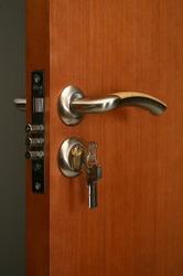 Какие бывают замки для металлических дверей?