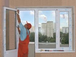 снимаем защитную пленку с профиля пластикового окна